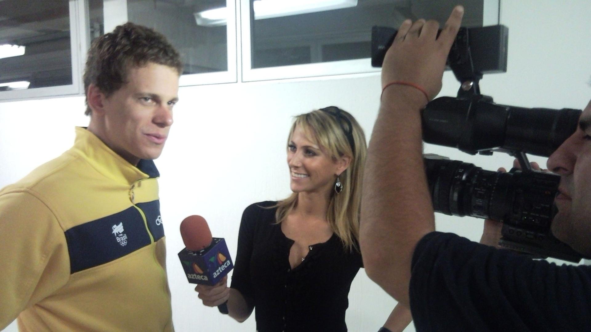 A bela repórter mexicana Inés Sainz entrevistou Cielo depois da vitória do brasileiro nos 50 m livre (20/10/2011)