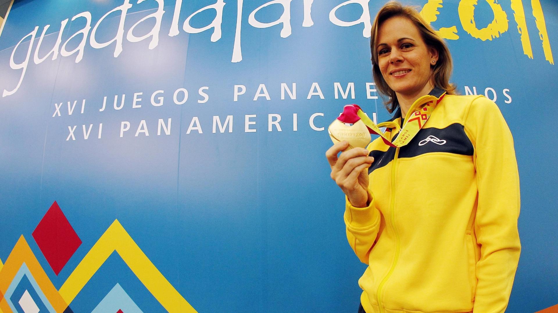 Ana Luiza Ferrão recebe sua medalha de ouro em cerimônia de premiação um dia após vencer na pistola 25 m do tiro (20/10/2011)