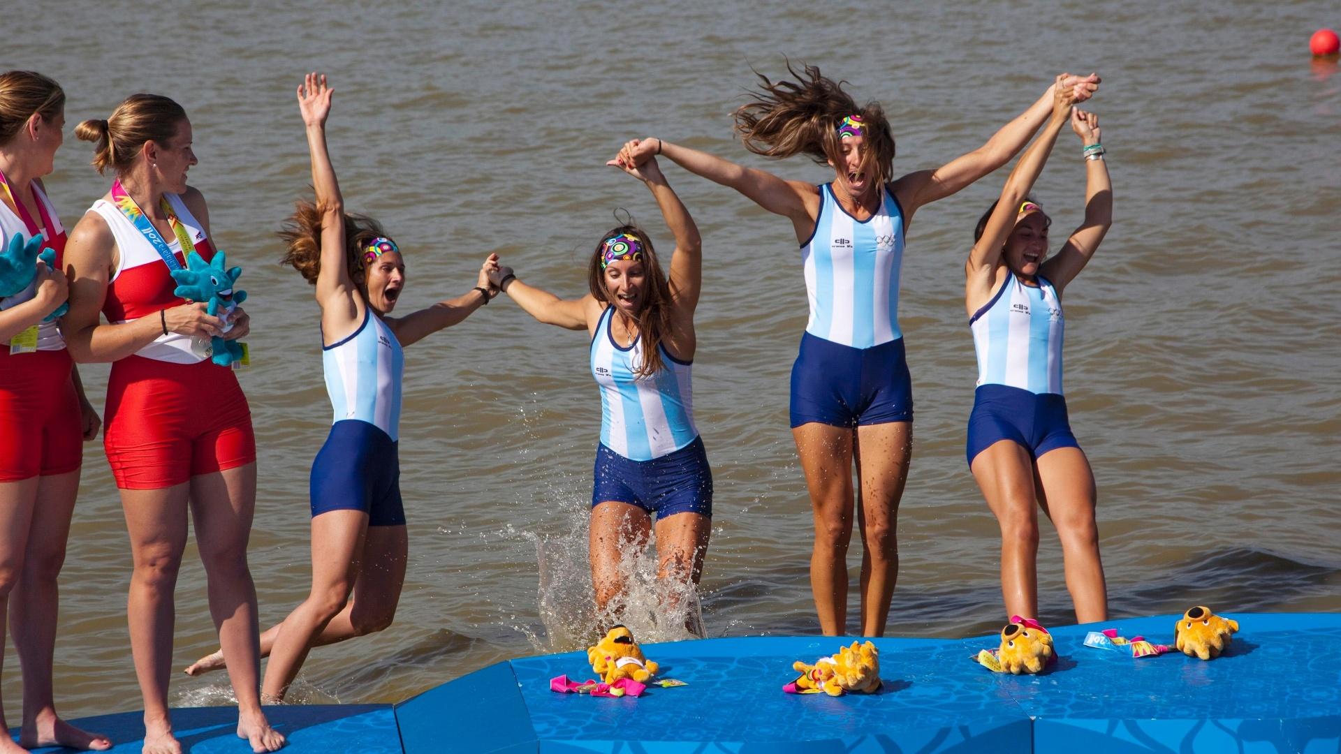 Atletas da Argentina se jogam na água após ganharem medalha de ouro no remo no Pan de Guadalajara