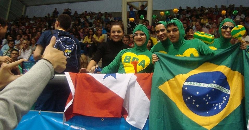 Brasileiros fantasiados de chapolim torcem durante jogo da seleção feminina de vôlei (19/10/2011)
