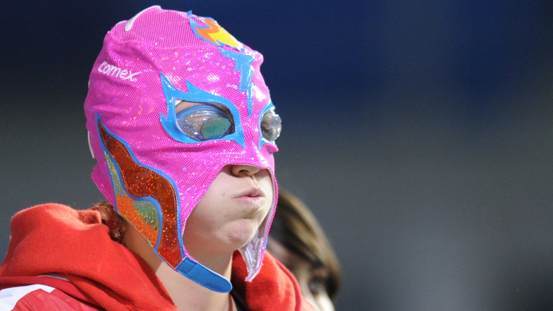 Canadense Gabrielle Soucisse aparece com uma máscara rosa de lutadora para disputar a final dos 200 m peito no Pan (20/10/2011)