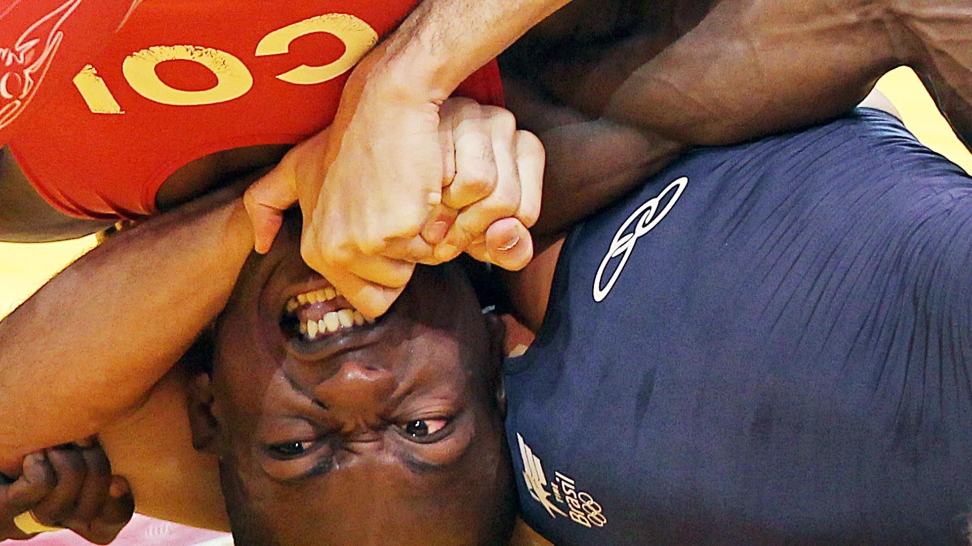 Colombiano Juan Carlos Lopez tenta se desvencilhar de chave de braço do brasileiro Rafael Pascoa no Pan (20/10/2011)