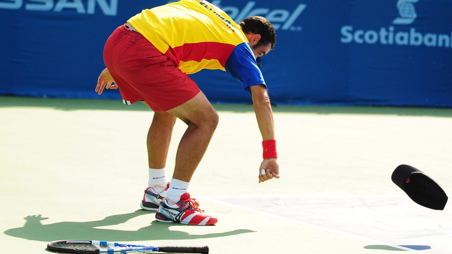 Colombiano Juan Sebastian Cabal joga raquete e boné no chão na derrota para Rogério Dutra Silva (20/10/2011)