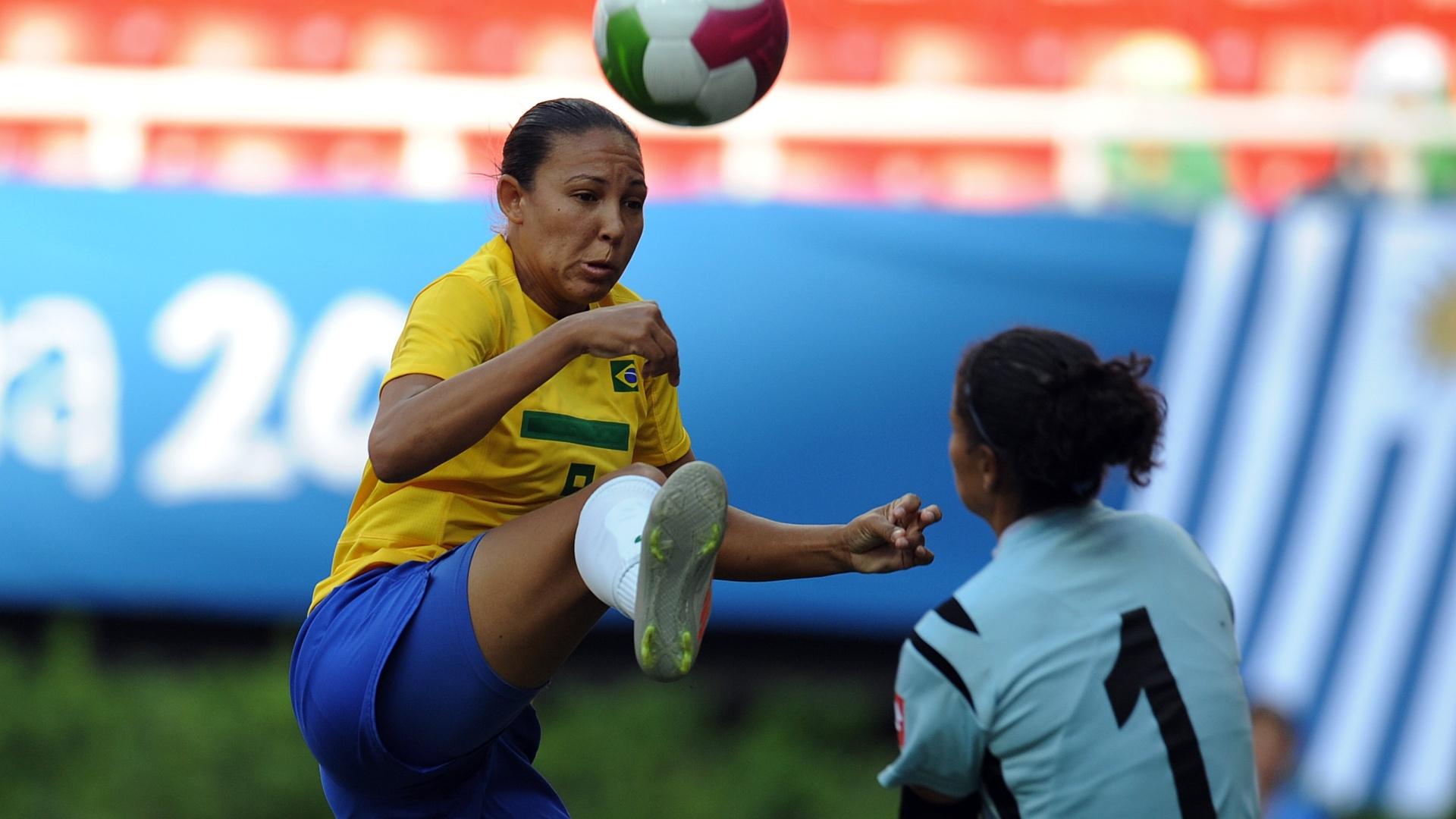 Daniele Batista tenta finalizar antes da intervenção da goleira Yirlania Arroyo, da Costa Rica (20/10/2011)