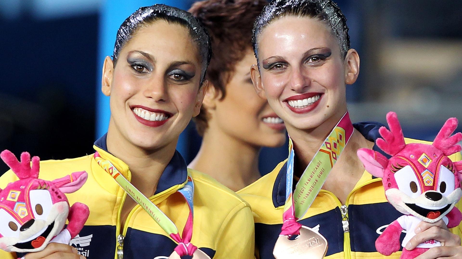Lara Teixeira e Nayara Figueira mostram o bronze conquistado no dueto do nado sincronizado, nesta quinta-feira