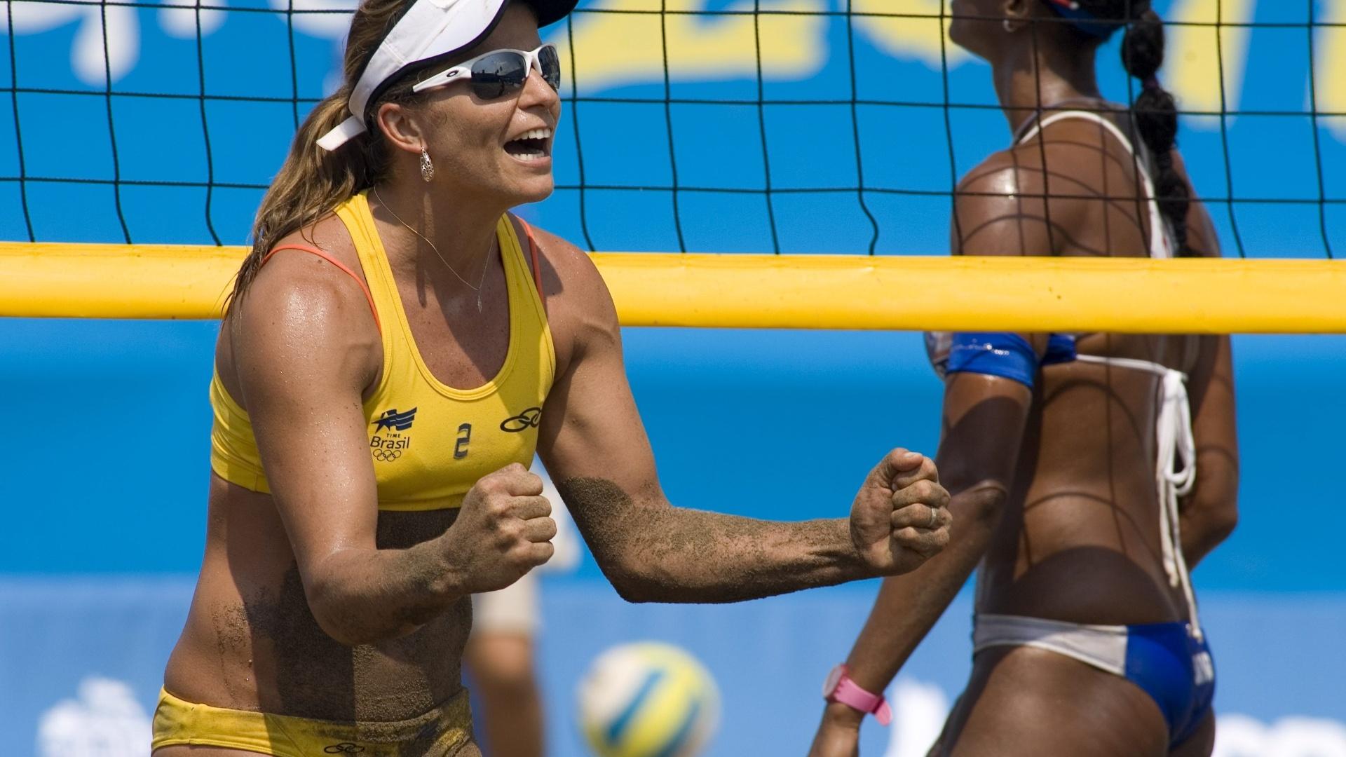 Larissa comemora ponto na vitória ao lado de Juliana sobre a dupla de Porto Rico na semifinal do vôlei de praia no Pan (20/10/2011)