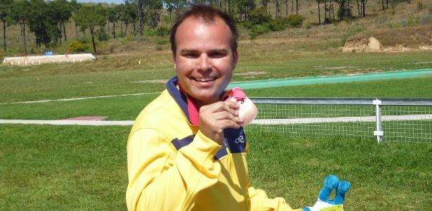 Luiz da Graça exibe a medalha de bronze conquistada na fossa olímpica dupla