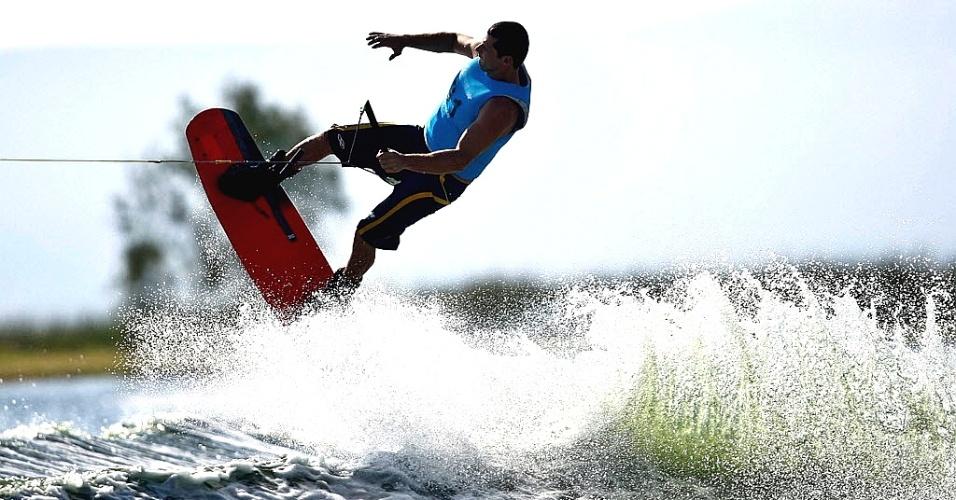 Marcelo Giardi apresenta a sua linha durante a semifinal do esqui aquático, na categoria wakeboard (20/10/2011)