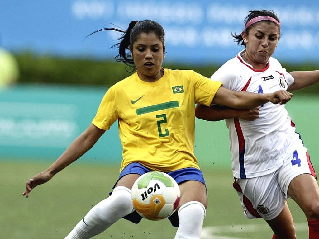 Maurine disputa jogada com costa-riquenha durante a segunda partida da seleção feminina de futebol no Pan-2011 (20/10/2011)