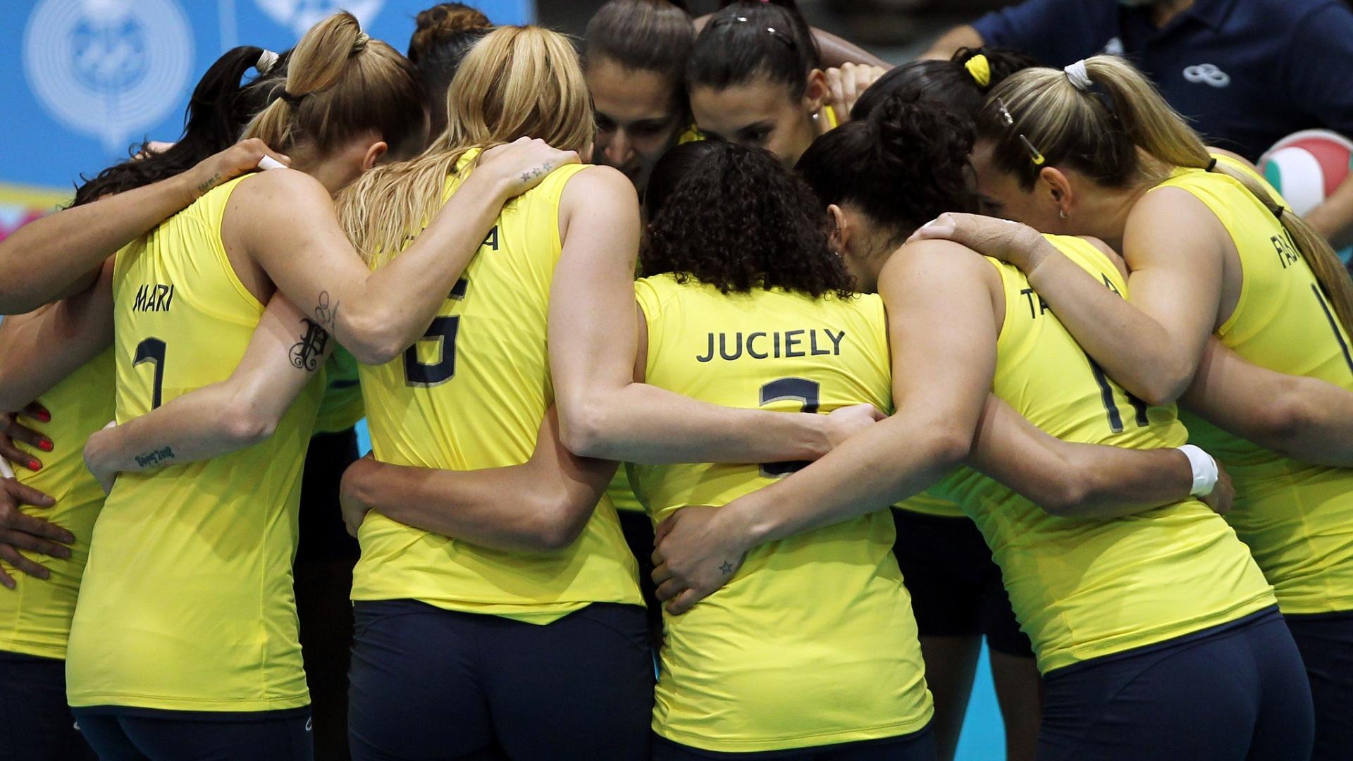 Meninas do vôlei do Brasil se reúnem antes do início da final contra a seleção de Cuba