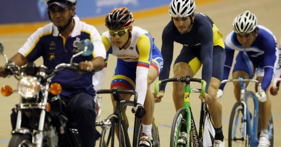 Motociclista guia pelotão durante prova do ciclismo masculino em Guadalajara, que teve participação do brasileiro Flavio Cipriano (ao centro) (20/10/2011)
