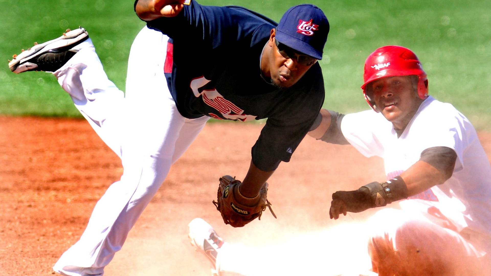 O americano Joseph Thurston consegue eliminar o dominicano Angel Gonzalez durante o encontro entre os dois países no beisebol