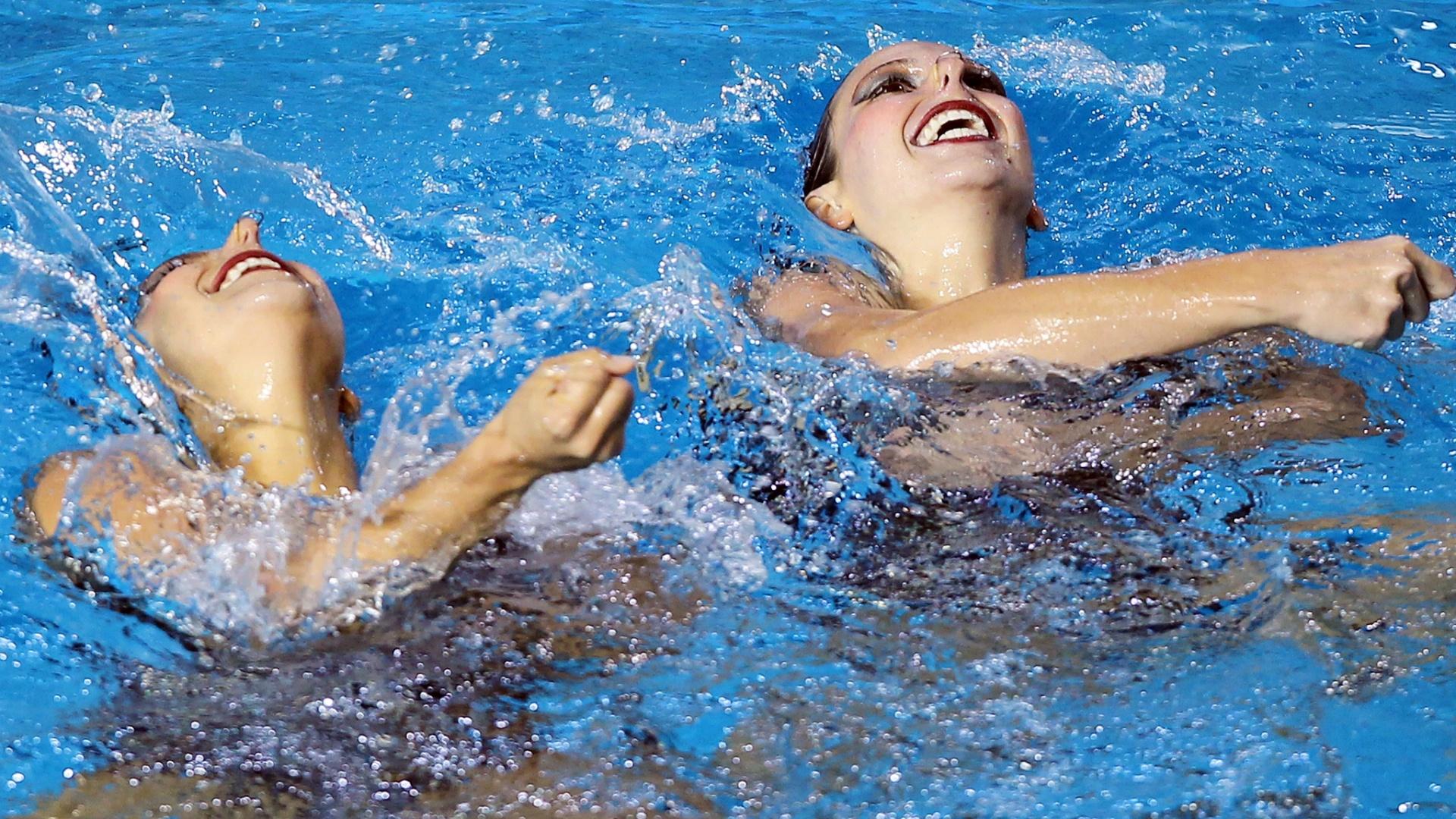 O dueto formado por Lara Teixeira e Nayara Figueira apresenta a rotina livre no nado sincronizado (20/10/2011)