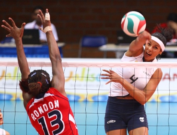 Paula Pequeno ataca contra o bloqueio da dominicana Rondon na semifinal do Pan-Americano (19/10/2011)
