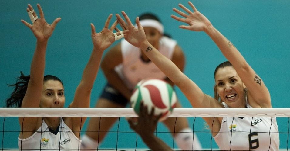 Sheilla e Thaísa armam o bloqueio duplo contra ataque de jogadora da República Dominicana (19/10/2011)