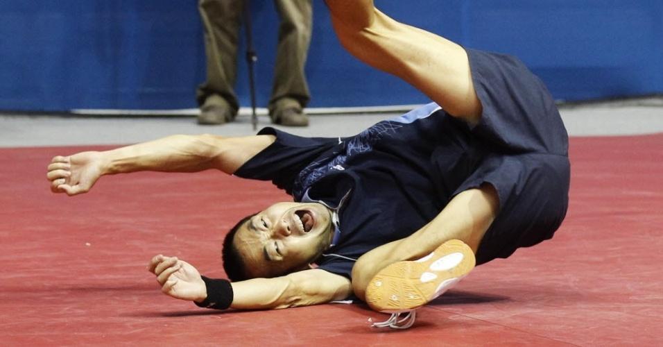 Song Liu, da Argentina, se joga no chão para comemorar seu ouro no torneio individual de tênis de mesa do Pan-2011