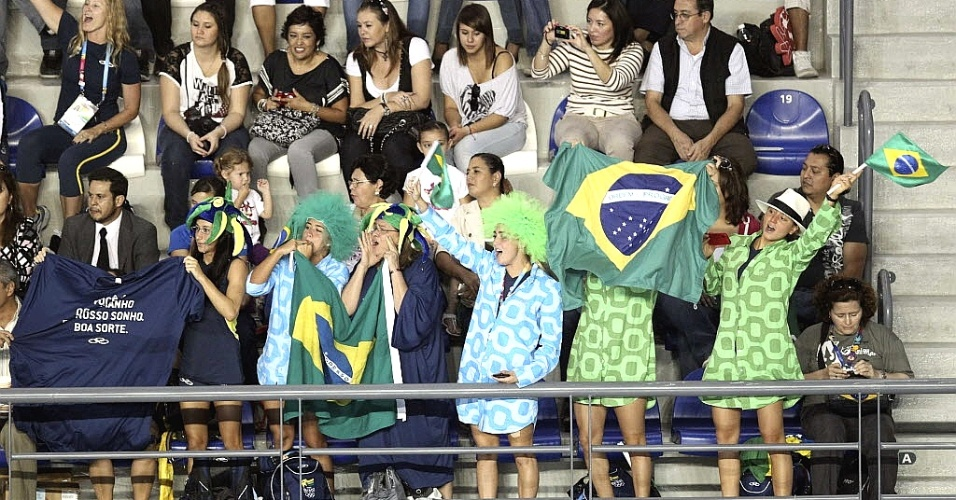 Time brasileiro do nado sincronizado vai para a arquibancada torcer pelo dueto do país, medalhista de bronze nesta quinta