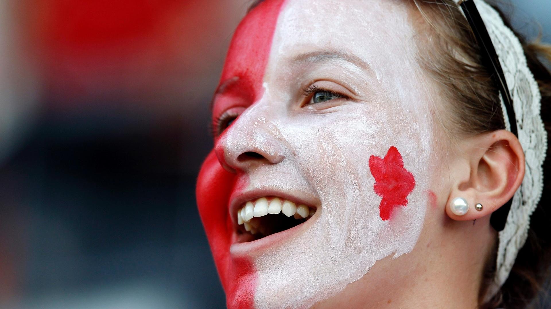 Torcedora canadense torce pela seleção de hóquei na grama masculino contra a seleção de Trinidad e Tobago