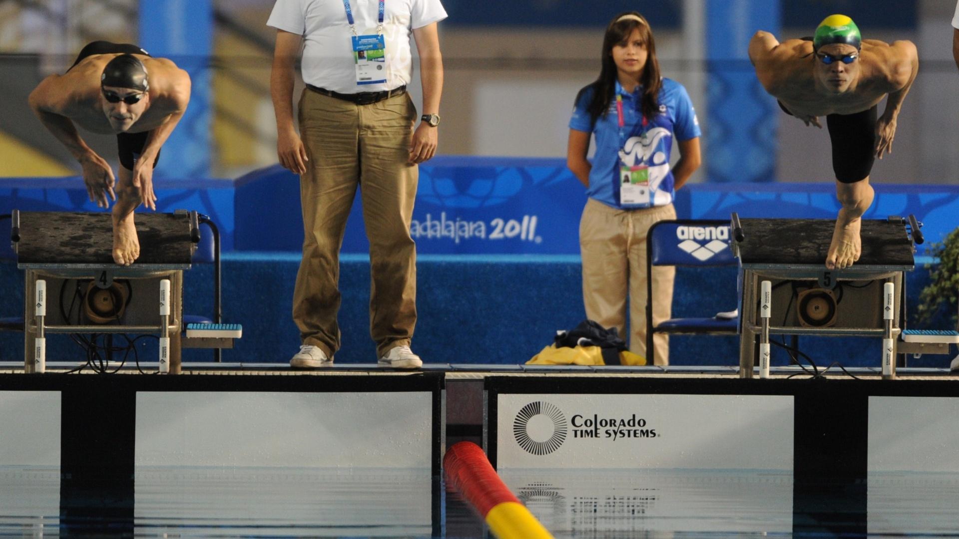 Voluntária acompanha a largada da prova de 200 m borboleta do Pan de Guadalajara