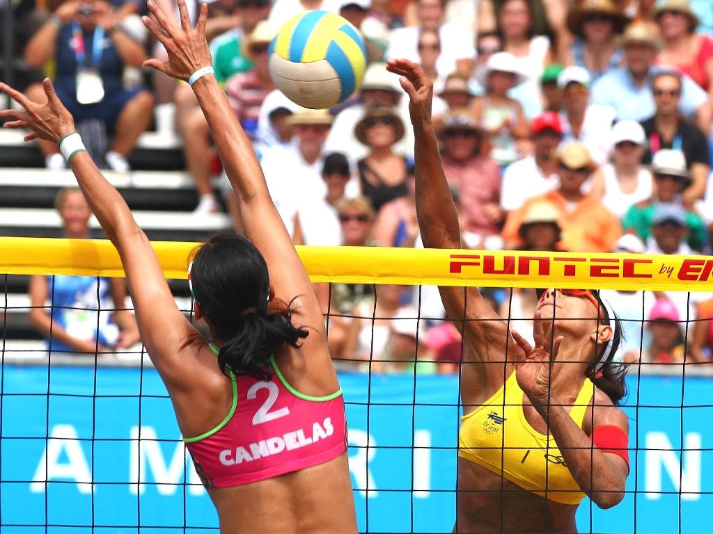 A gigante mexicana Candelas, tenta parar o ataque de Juliana na final do vôlei de praia em Guadalajara