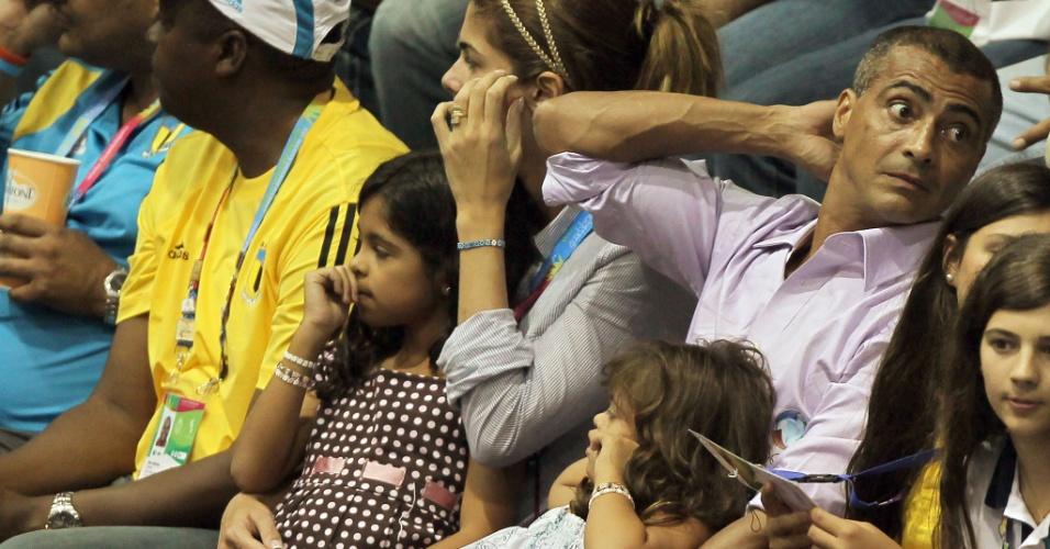 Acompanhado da mulher e das filhas, Romário assiste à final do vôlei feminino do Pan entre Brasil e Cuba (21*10/2011)