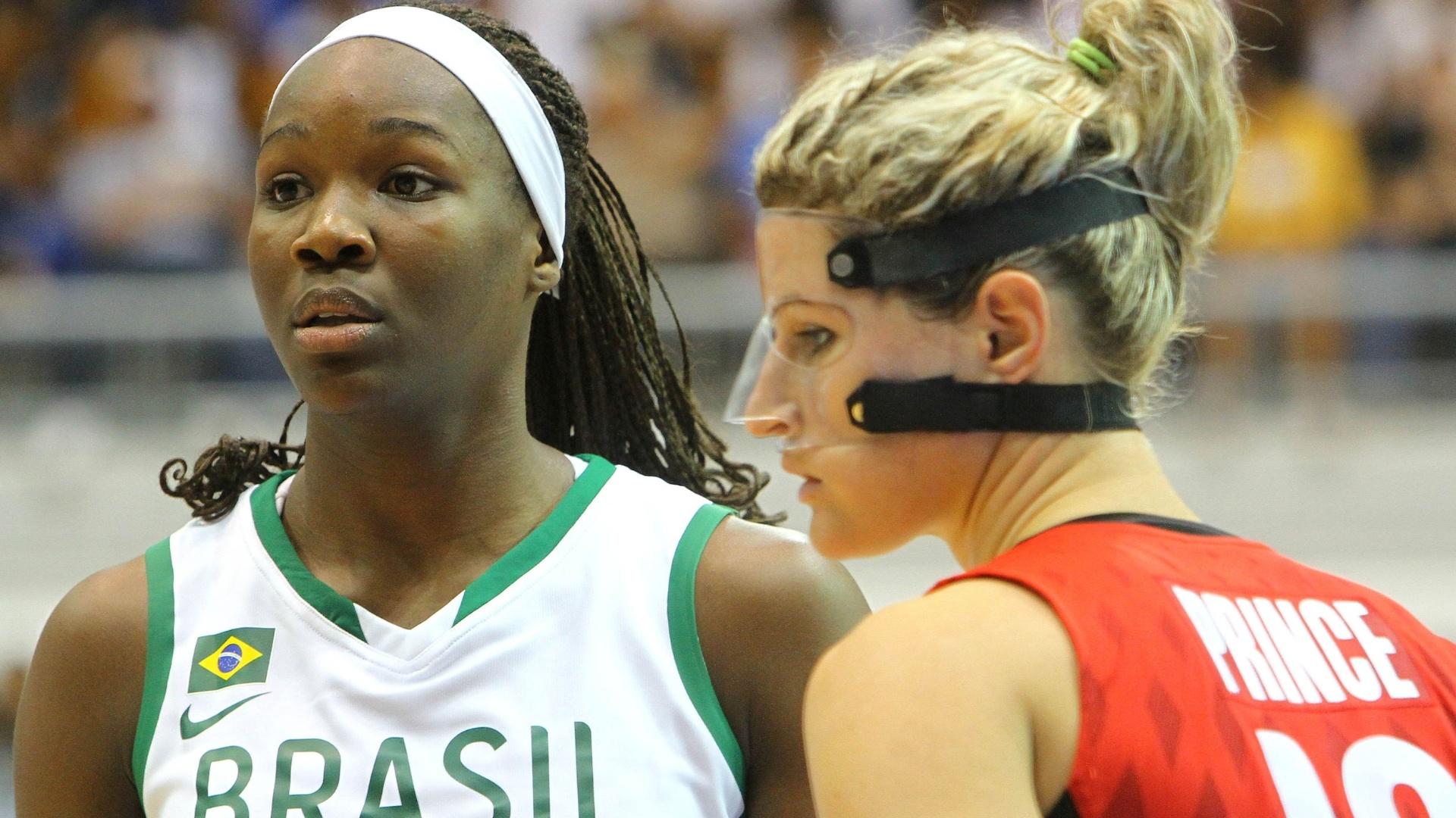 Ao lado de Jaqueline, canadense Raelyn Prince usa máscara ao na partida contra a seleção brasileira feminina de basquete (21/10/2011)