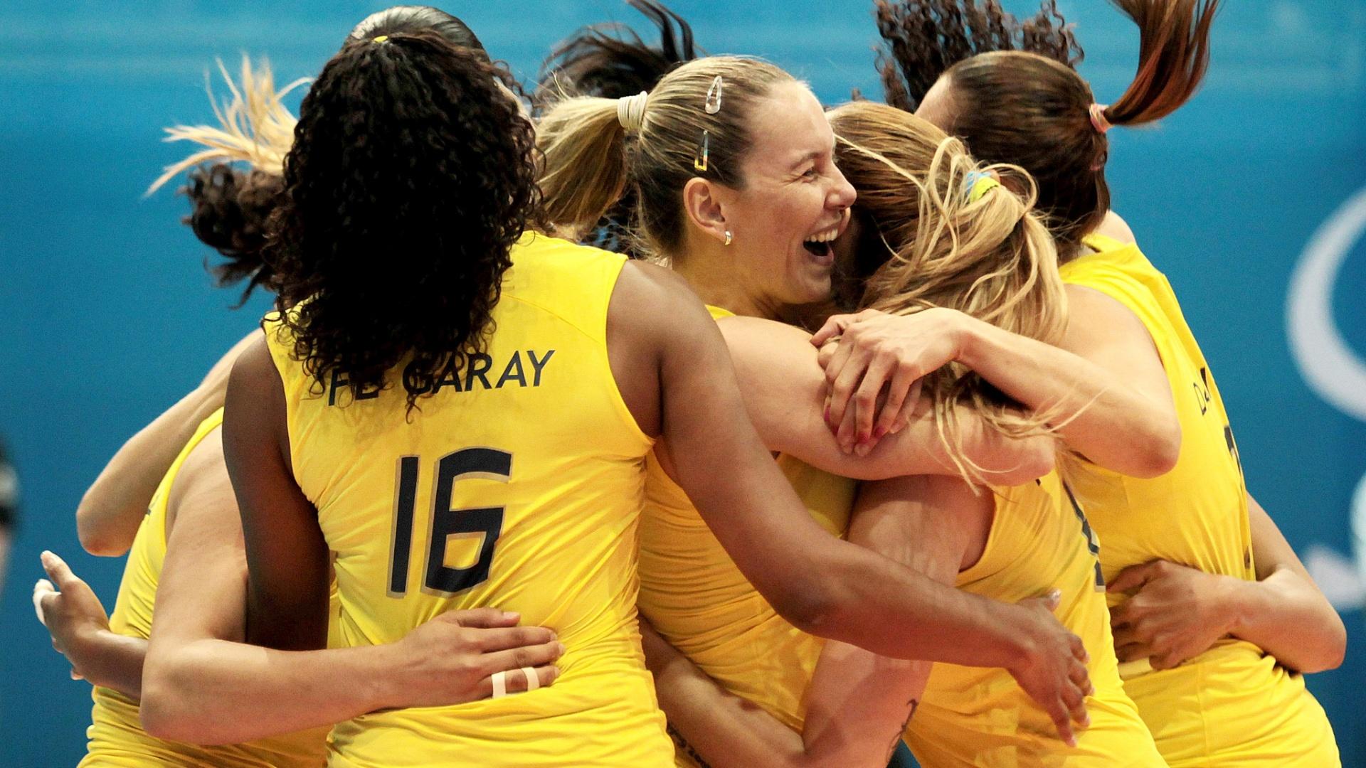 Brasileiras comemoram o ouro no vôlei, após uma vitória complicada contra Cuba, por 3 a 2 (21/10/2011)