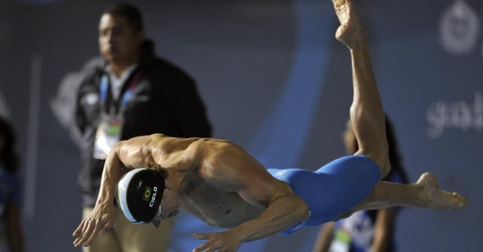 Cesar Cielo salta na piscina para as eliminatórias dos 50 m livre (20/10/2011)