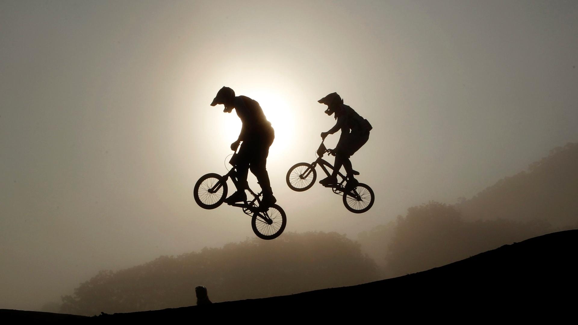 Ciclistas fazem o aquecimento antes da bateria durante o belo pôr do sol de guadalajara