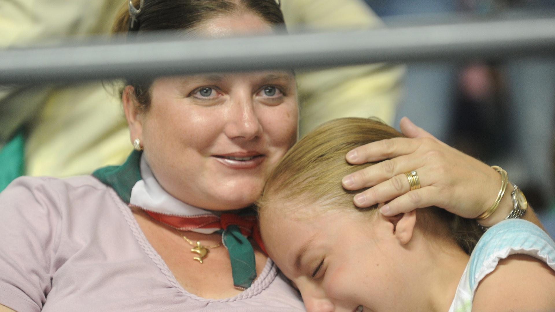 Criança chora após o nado sincronizado feminino do México ficar fora do pódio em Guadalajara
