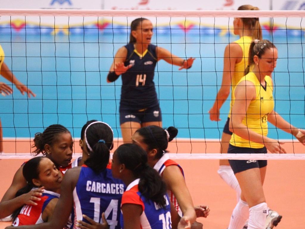 Cubanas comemoram ponto em final do vôlei masculino no Pan-Americano (21/10/2011)