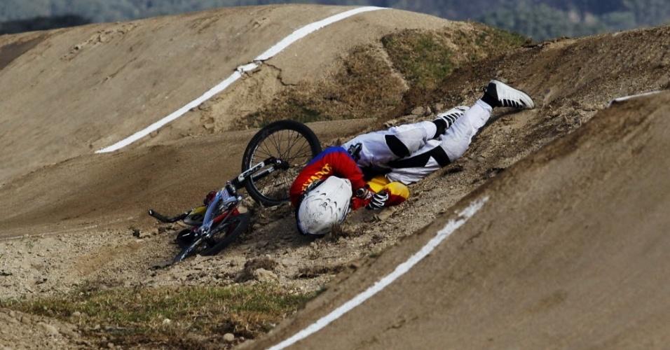 Equatoriano Emilio Falla sofre queda durante etapa classificatória do BMX no Pan de Guadalajara (21/10/2011)