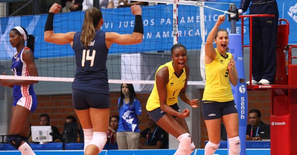 Fabi (e), Fabiana (c) e Dani Lins comemoram ponto do Brasil na final do vôlei do Pan contra Cuba (20/10/2011)