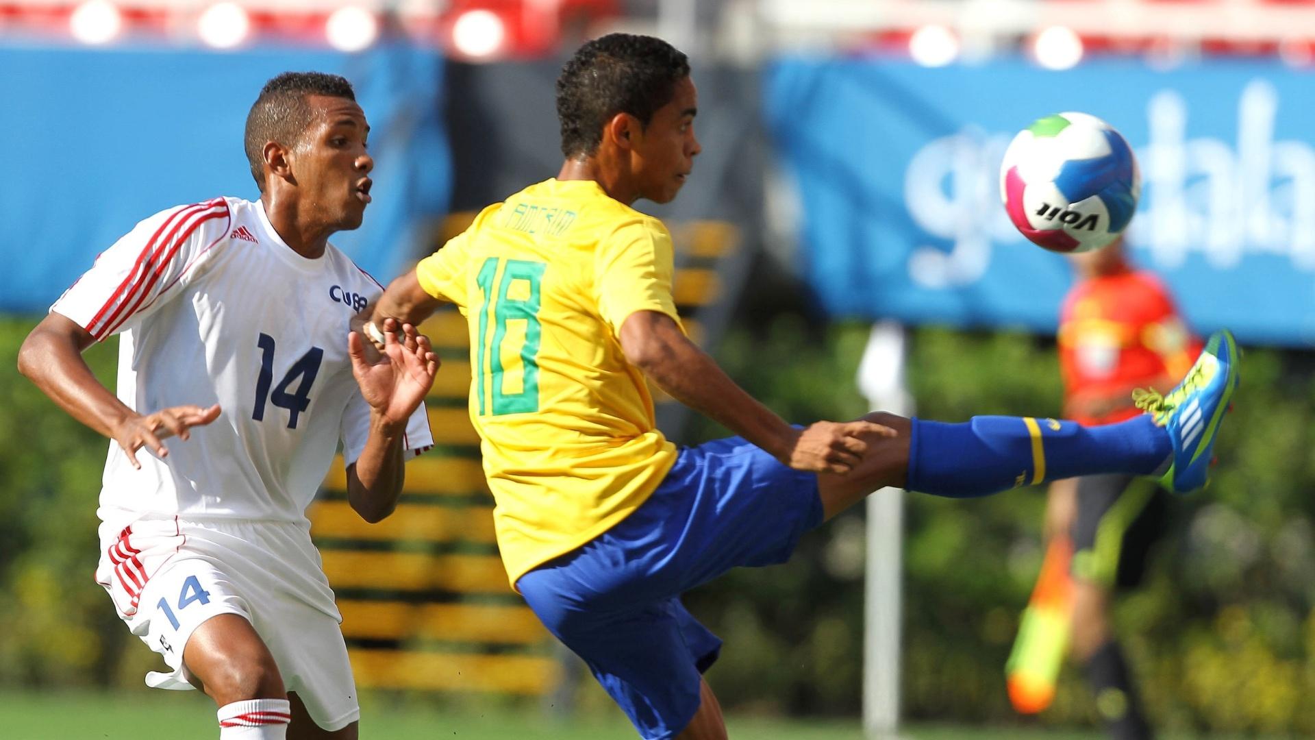 Felipe Amorim tenta dominar a bola enquanto é marcado pelo adversário no jogo entre Brasil e Cuba (21/10/2011)