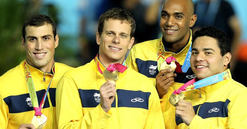 Guilherme Guido, Cesar, Cielo, Gabriel Mangabeira e Felipe França mostram o ouro do revezamento 4x100m medley, fechando as provas nas piscinas com mais um título do Brasil, o quarto em quatro provas de Cielo (21/10/2011)