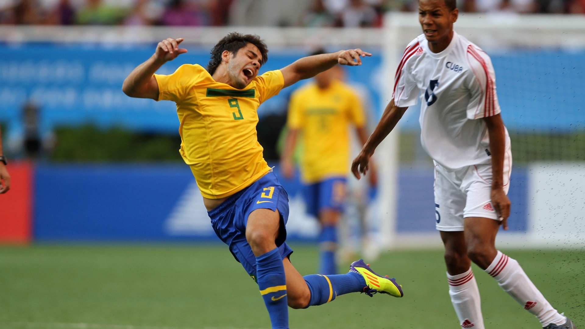 Henrique sofre falta durante o jogo entre Brasil e Cuba em Guadalajara (21/10/2011)