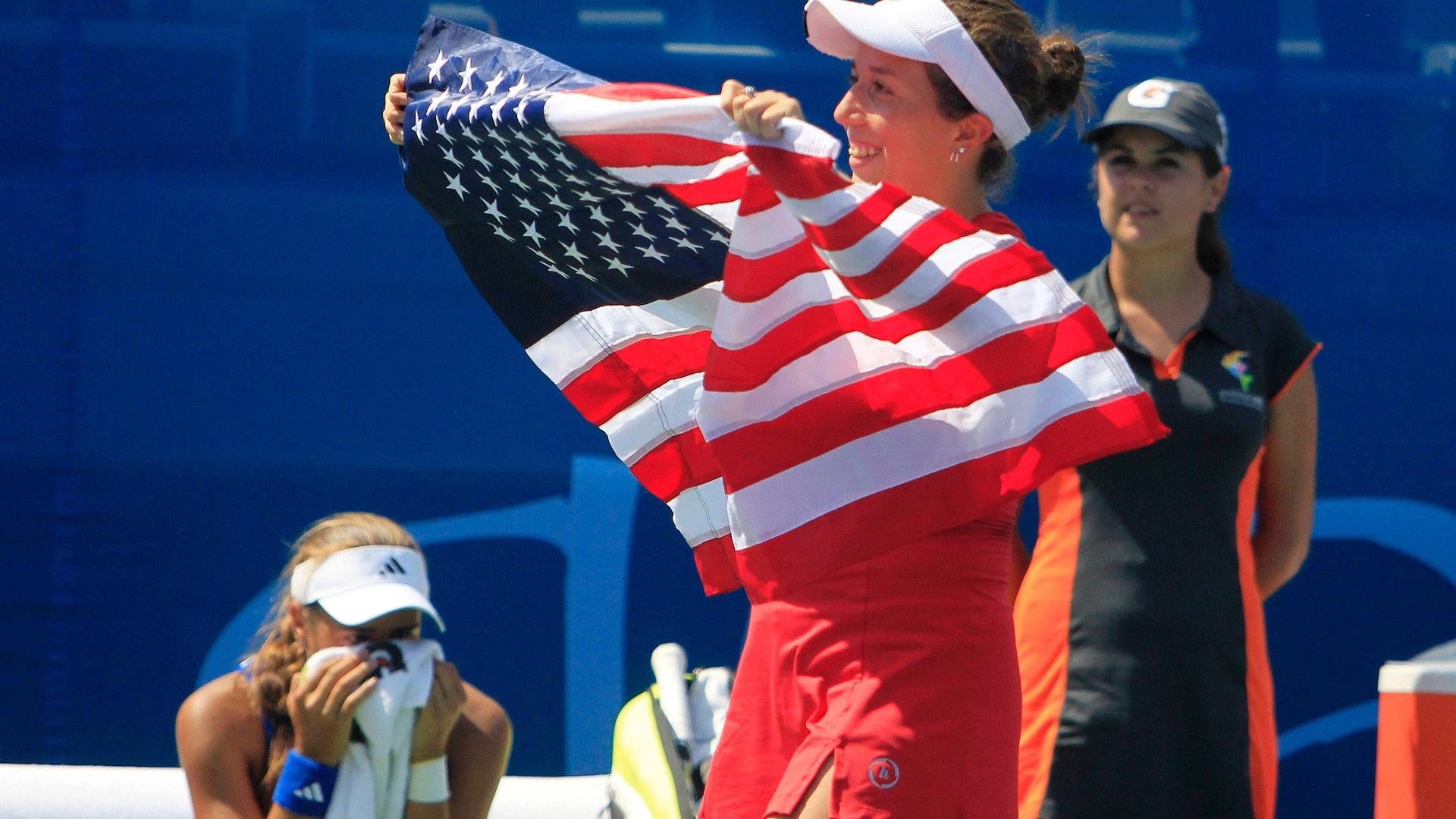 Irina Falconi comemora com a bandeira dos Estados Unidos após vencer a porto-riquenha Monica Puig (21/10/2011)