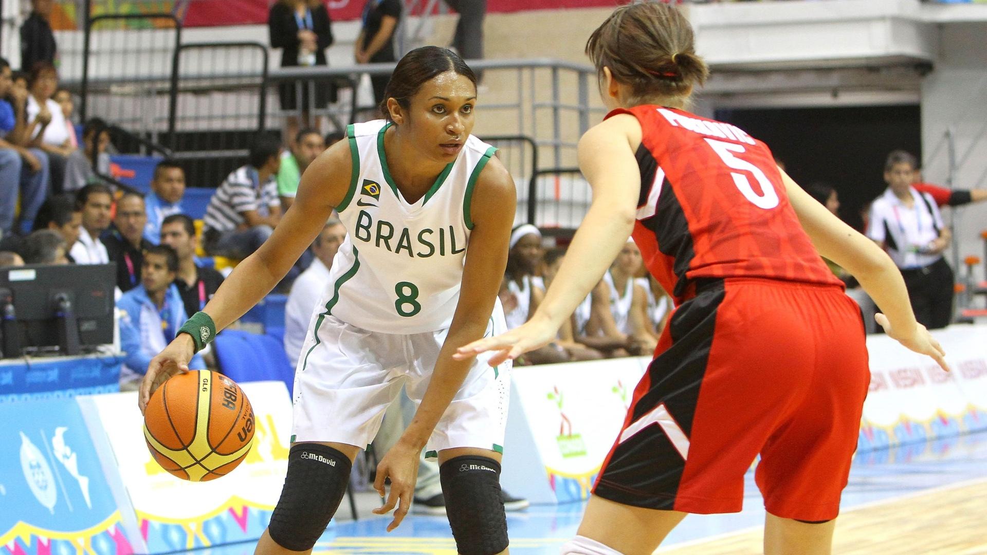 Iziane controla a bola contra a marcação da canadense Isidora Purkovic na estreia da seleção brasileira feminina de basquete no Pan (21/10/2011)
