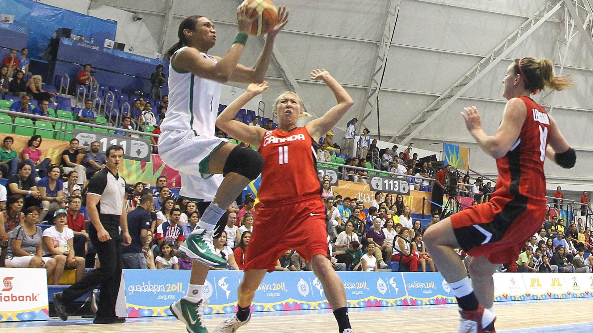 Iziane salta para arremessar em seu retorno à seleção brasileira com vitória sobre o Canadá por 78 a 53 na estreia pelo Pan (21/10/2011)