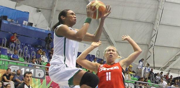 Iziane salta para arremessar em seu retorno à seleção brasileira, no Pan