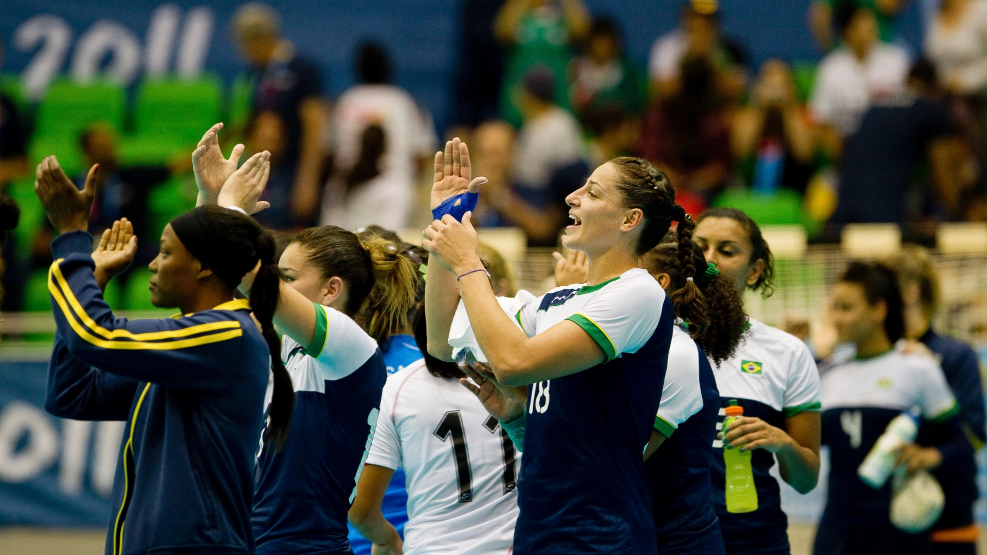 Jogadoras do handebol brasileiro agradecem o apoio da torcida após a vitória contra o México nas semifinais to Pan de Guadalajara
