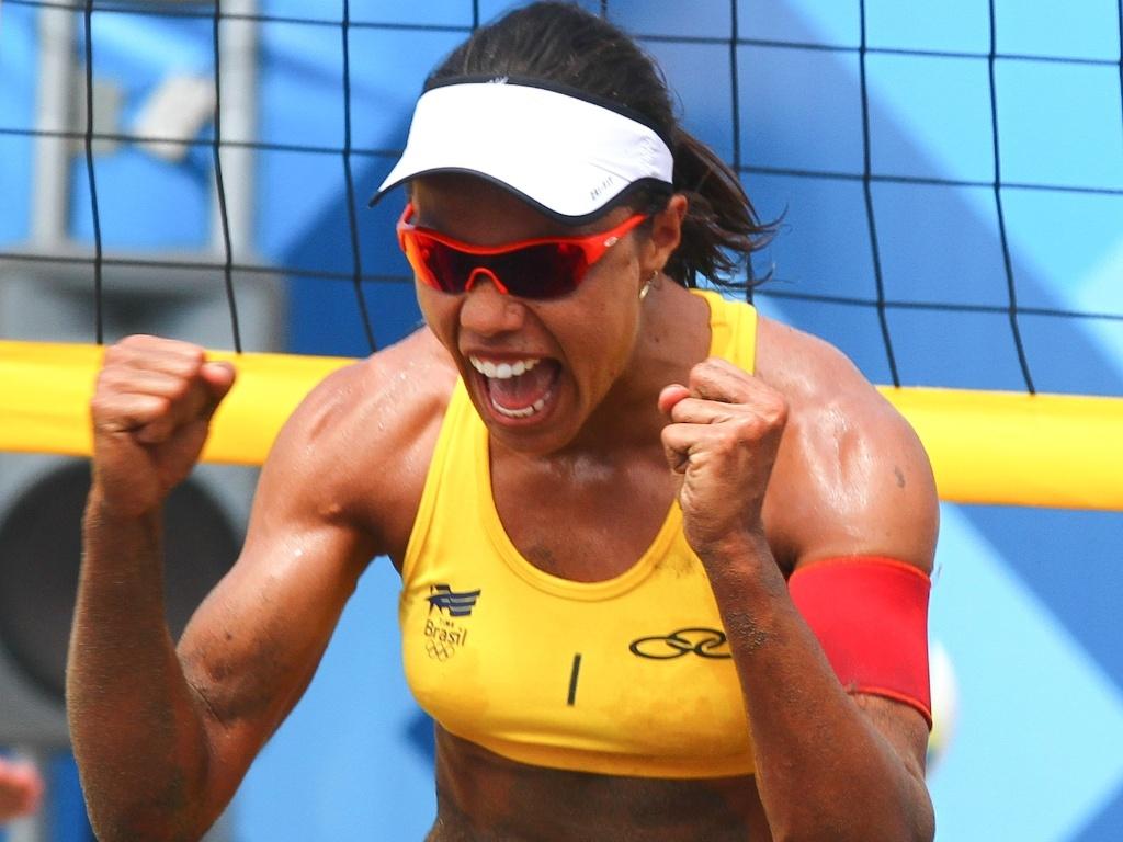 Juliana comemora ponto contra a dupla mexicana na final do vôlei de praia