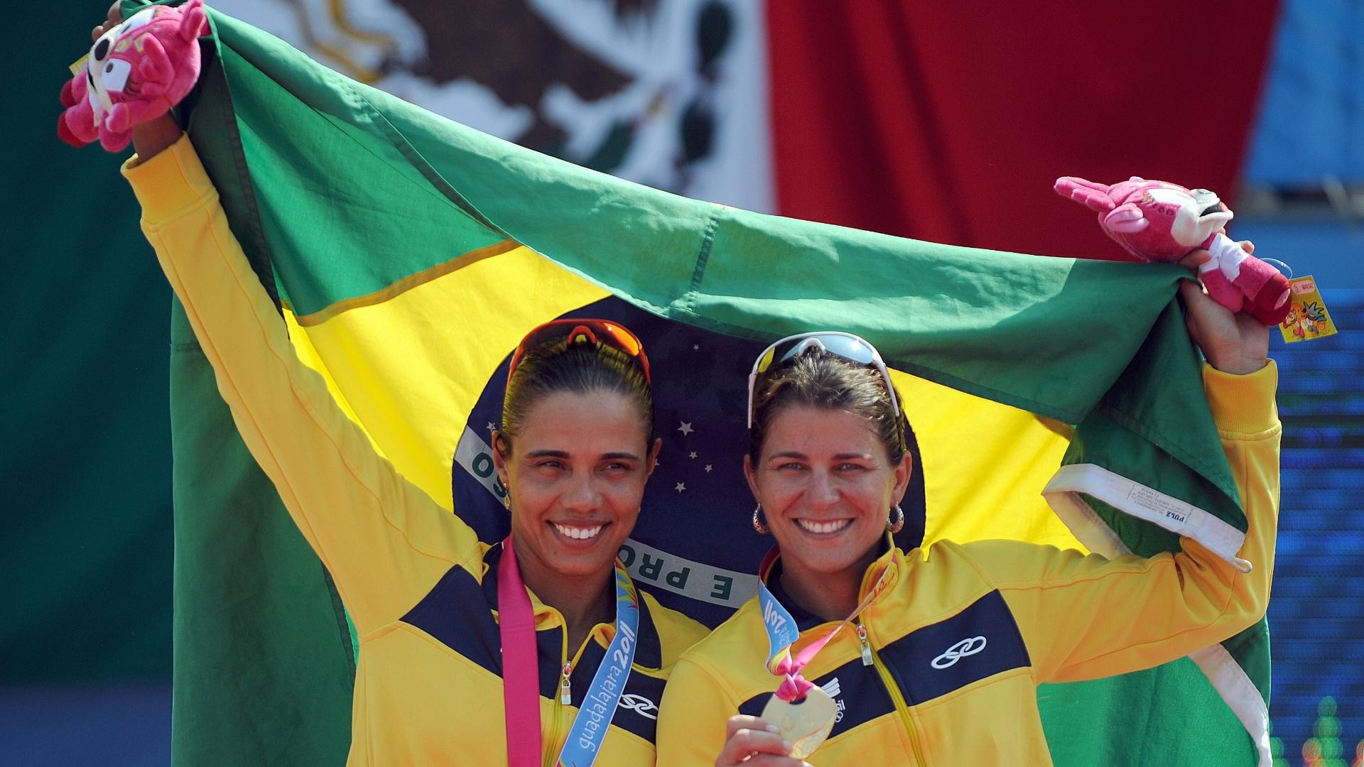 Juliana e Larissa comemoram com bandeira brasileira na cerimônia de entrega da medalha de ouro do Pan (21/10/2011)