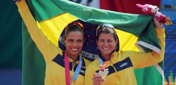 Juliana e Larissa comemoram com bandeira brasileira na cerimônia de entrega do ouro