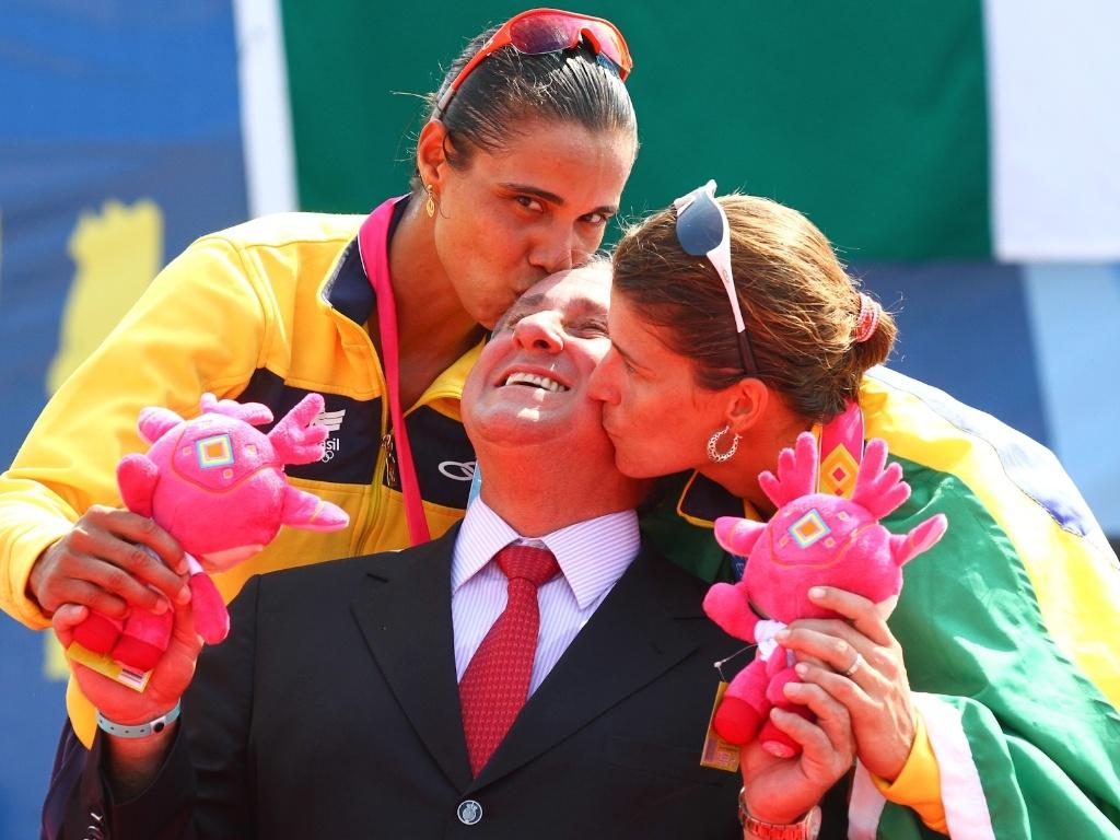 Juliana e Larissa comemoram o ouro em Guadalajara com o presidente da CBV, Ary Graça Filho