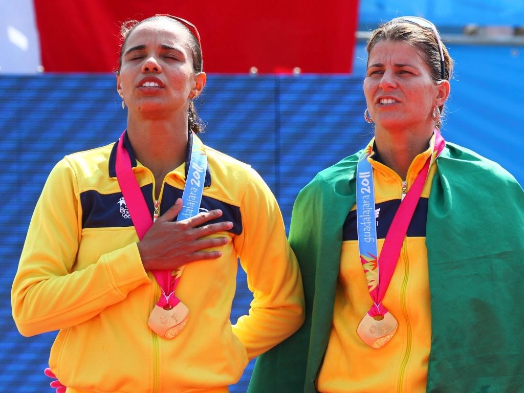 Juliana e Larissa sobem no lugar mais alto do pódio durante a cerimônia de premiação do vôlei de praia