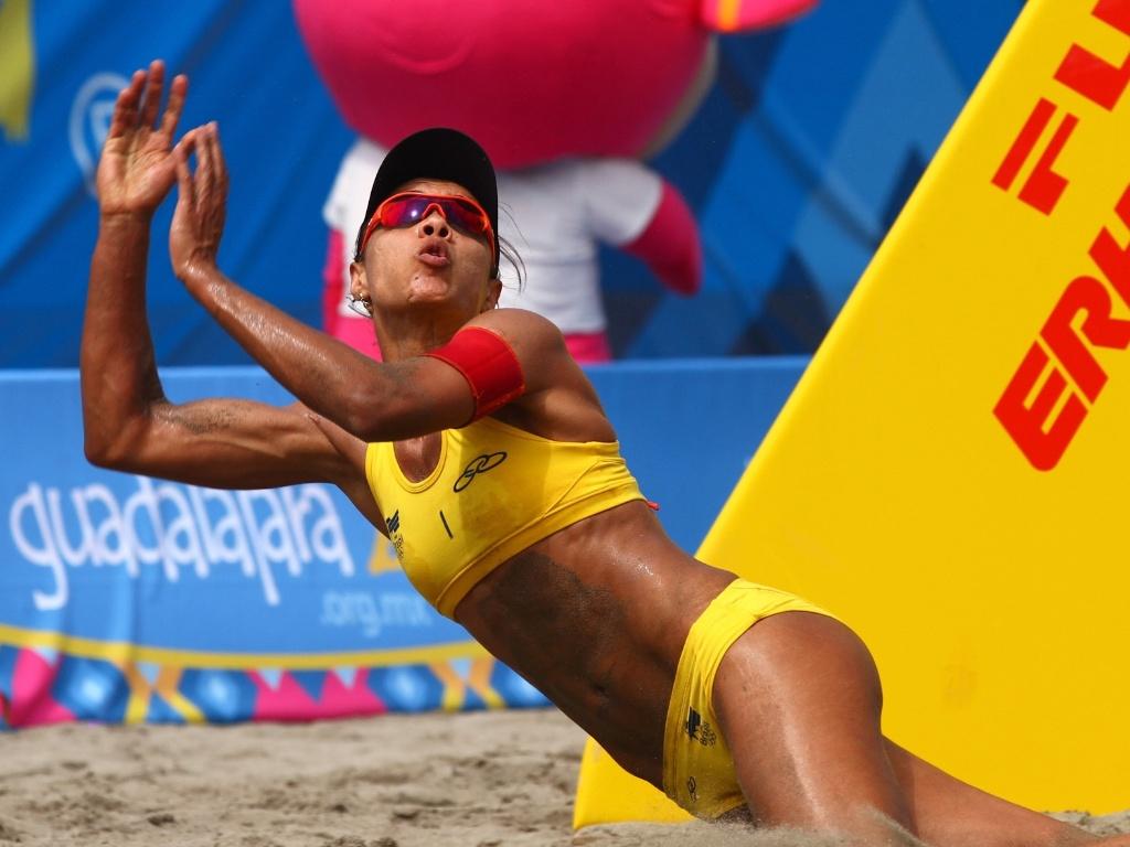 Juliana se esforça para fazer defesa na vitória sobre dupla mexicana na final do vôlei de praia do Pan (21/10/2011)