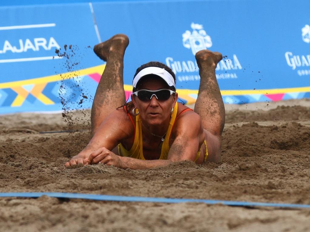 Larissa cai na areia escura de Puerto Vallarta para fazer defesa na vitória sobre dupla mexicana pelo Pan (21/10/2011)