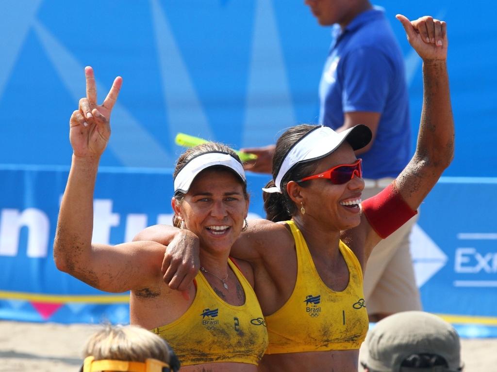 Larissa e Juliana comemoram a conquista da medalha de ouro no vôlei de praia depois de jogo duro contra dupla mexicana