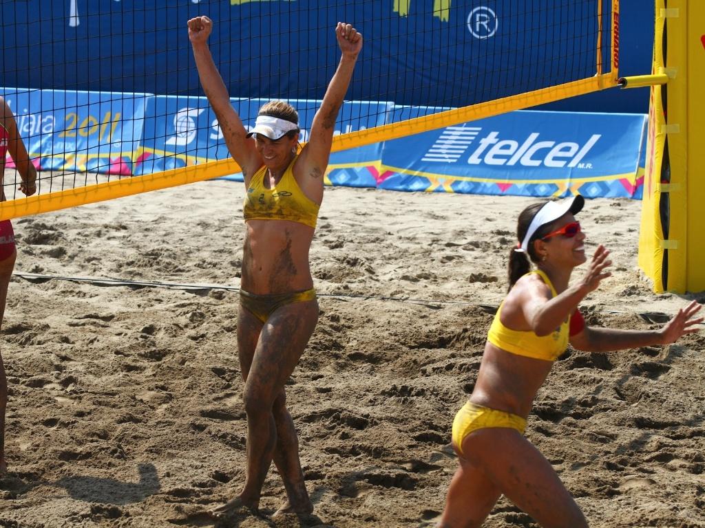 Larissa e Juliana comemoram conquista da medalha de ouro no vôlei de praia do Pan em Guadalajara (21/10/2011)
